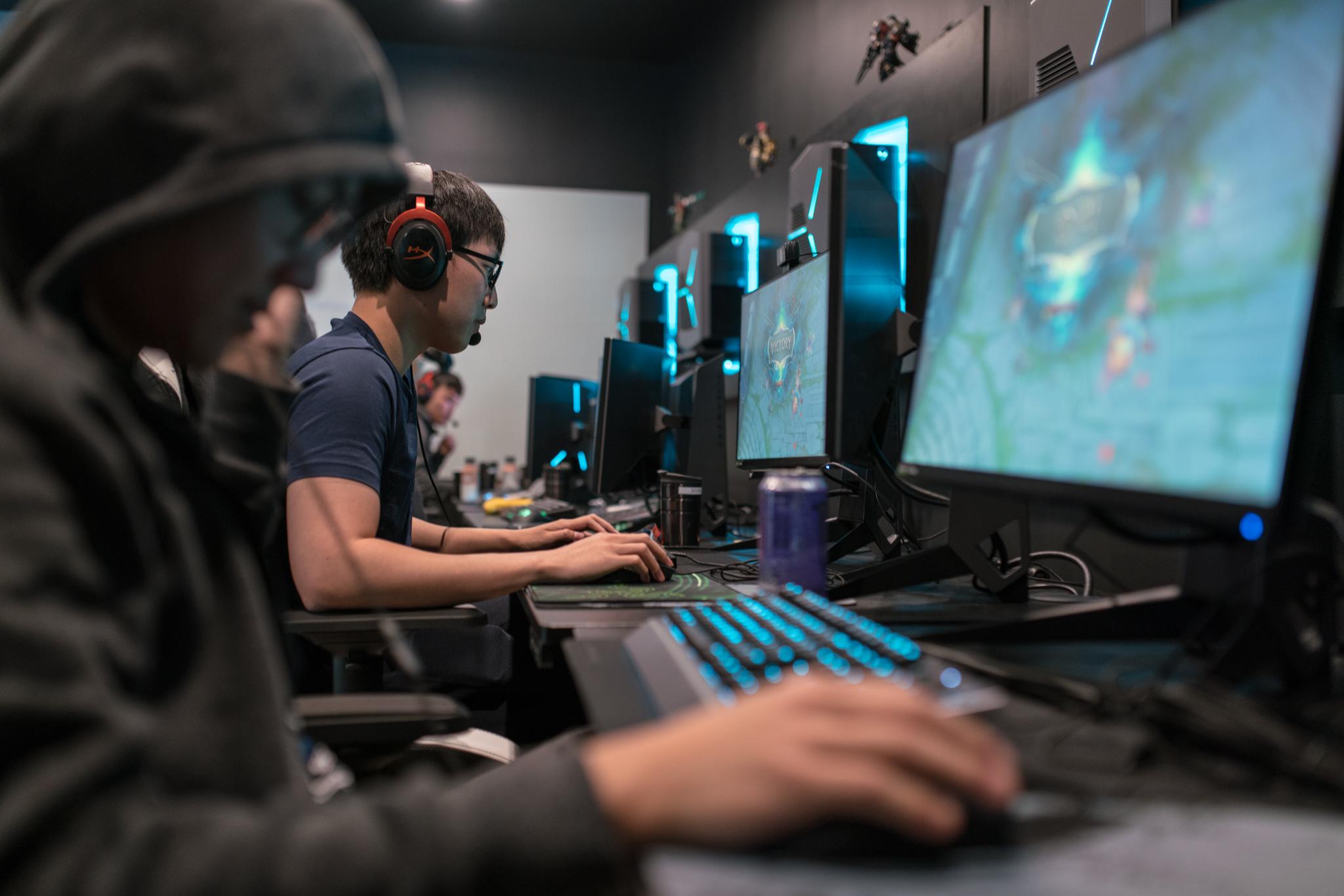 Смотреть про компьютеры и компьютерные игры онлайн