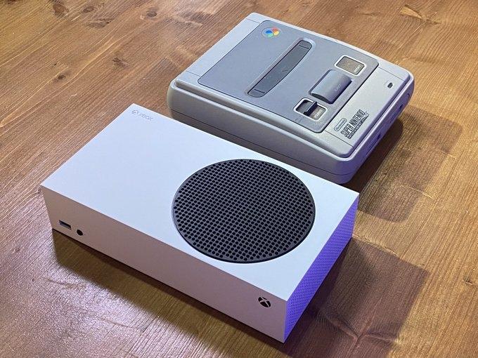 Сравнение размеров Xbox Series S и SNES